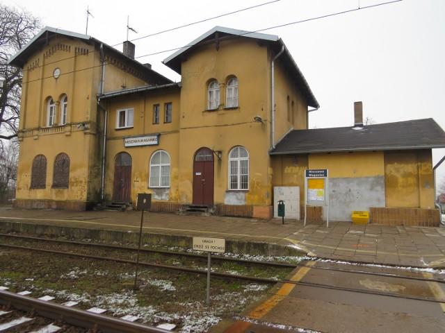 Niewielki, pochodzący z XIX wieku budynek dworcowy w Wagańcu od lat czeka na gruntowny remont. Część budynku jest zamknięta na głucho. Na parterze mieści się poczekalnia, na piętrze są mieszkania.