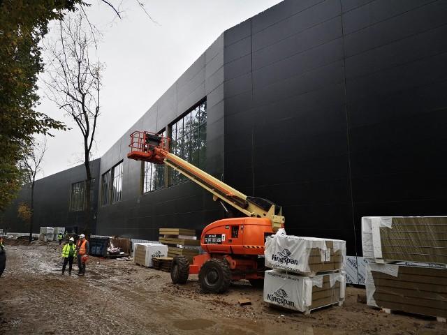 Na budowę Orientarium w łódzkim Ogrodzie Zoologicznym wkrótce dojadą kontenery ze sprasowanymi listwami bambusa. Ładunek płynie statkiem z Indonezji. A w budynku leje się   sporo wody, stoją już pierwsze ściany ze szkła.WIĘCEJ NA KOLEJNYM SLAJDZIE