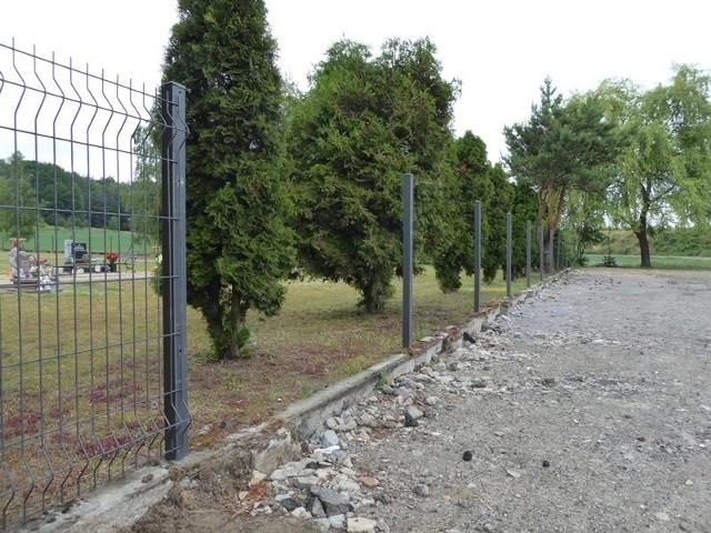 Czerwiec 2020 roku. Wokół cmentarza w Nietkowie zniknęło część ogrodzenia. Mieszkańcy czasowo zabezpieczyli ubytki siatką, by na nekropolię nie dostawały się dzikie zwierzęta.