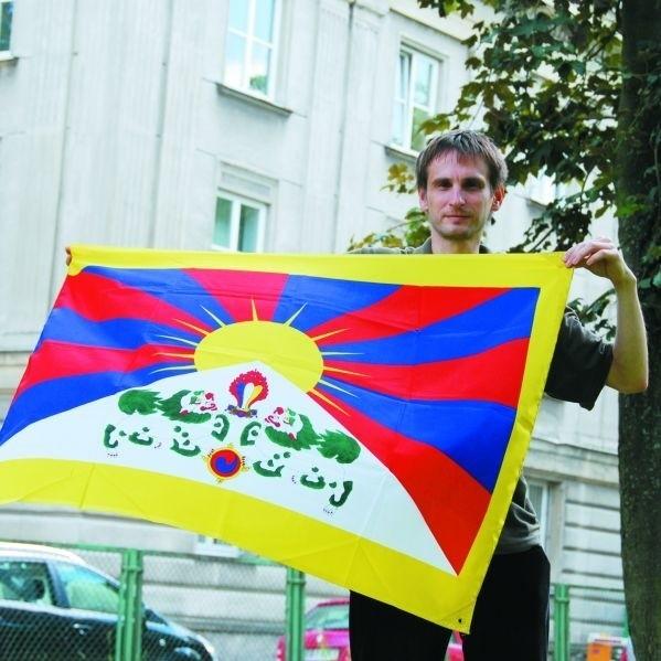 Zależało mi na wywieszeniu tej flagi w centrum na czas olimpiady. Nikt się nie zgodził - mówi młody białostoczanin Artur Wiśniewski.