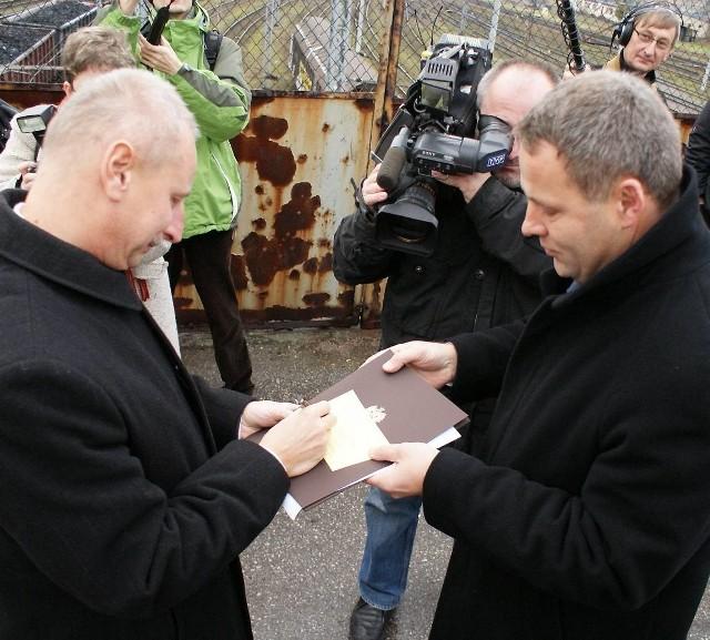 Jeszcze tylko podpis prezydenta Ryszarda Brejzy (z lewej) i wojewoda Rafał Bruski wręczy dokument przekazania kładki miastu
