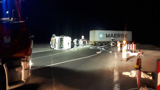Poważny wypadek na krajowej 5 na obwodnicy Szubina. Zderzyły się dwa samochody ciężarowe, na drogę wylała się toksyczna substancja. DK nr 5 jest zablokowana!Do poważnego wypadku na obwodnicy Szubina doszło około północy. Na krajowej 5 zderzyły się dwa samochody ciężarowe.  Jeden z nich przewoził toksyczną substancję, która wyciekła na drogę. W wyniku wypadku poszkodowanych zostało dwóch mężczyzn – kierowców pojazdów. Jeden z nich odniósł obrażenia niezagrażające życiu, drugi w stanie ciężkim przewieziony został do szpitala na terenie Bydgoszczy.Na miejscu wypadku działa 17 zastępów straży pożarnej i grupa chemiczna z Bydgoszczy. Na trasę wyciekło około 8 tysięcy litrów toksycznej substancji.Substancja chemiczna została już wypompowana. Kolejnym działaniem służb ratowniczych będzie jej zneutralizowanie. Na czas trwania akcji wydzielona została strefa buforowa o powierzchni 300 metrów kw. Na miejscu cały czas działają przedstawiciele służb ratowniczych – zastępy straży pożarnej, grupa ratownictwa chemicznego, policja, a także przedstawiciele Wydziału Bezpieczeństwa i Zarządzania Kryzysowego.- Po zakończeniu działań prowadzonych przez służby ratownicze przystąpimy do czynności procesowych, dzięki którym będziemy mogli ustalić przyczyny wypadku – dowiadujemy się w KPP w Nakle nad Notecią.Droga krajowa nr 5 będzie zablokowana przez kilka godzin. Utrudnienia mogą potrwać aż do wieczora.Stop Agresji Drogowej, odcinek 7. Włos się jeży na głowie!