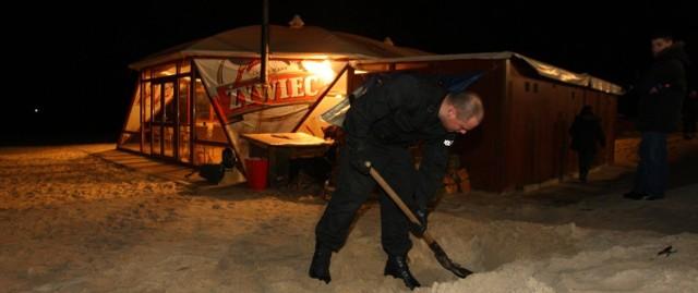Policjanci przeszukiwali także okolice budynku, w którym trzymane były martwe zwierzęta.