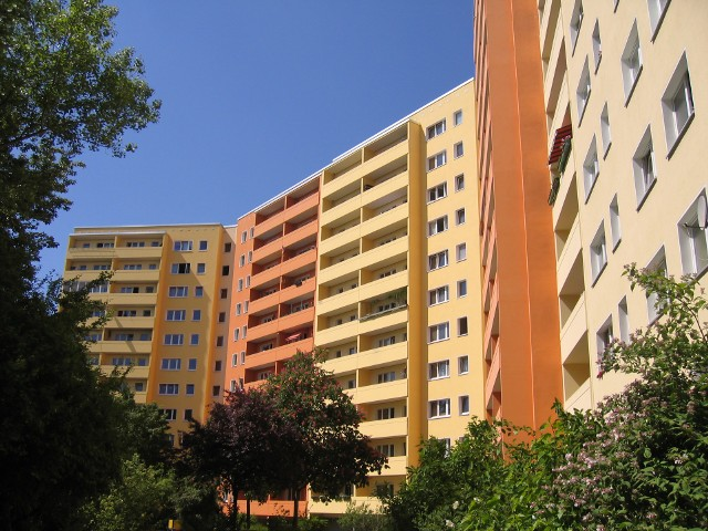bloki sxcDziś w Zielonej Górze mieszkań komunalnych jest 4200. A kolejka po nie wydłuża się z każdym rokiem...