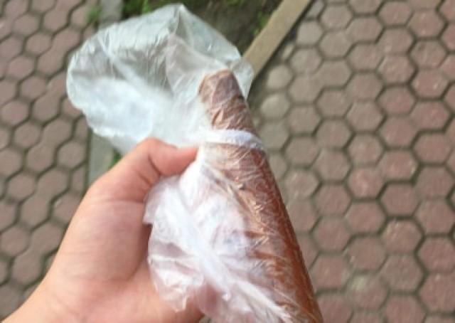 Podczas czwartkowego spaceru z psem, mieszkanka dzielnicy Czuby znalazła w okolicy ul. Perłowej kiełbasę wypełnioną haczykami na ryby