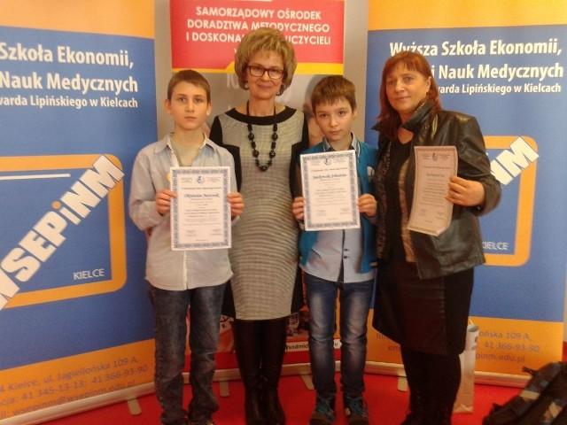 Zwycięzcy ze szkół podstawowych.Od lewej Okrawian Juszczak, organizująca konkurs Monika Zawadzka-Chłopek,Sebastian Jankowski i nauczycielka chłopców Bogumiła Bors.