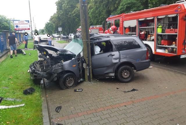 Do tragicznego w skutkach wypadku doszło na ul. Wojska Polskiego w Wieluniu. Jadący fordem 31- letni mężczyzna z nieustalonych przyczyn gwałtownie zjechał  z jezdni na przydrożny parking, gdzie uderzył w zaparkowaną  toyotę, a następnie w drzewo i słup energetyczny. Kierowca został ciężko ranny i niestety nie przeżył wypadku.Czytaj, zobacz ZDJĘCIA na kolejnych slajdach