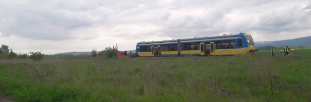25-latek kierujący volkswagenem, zginął we wtorek na przejeździe kolejowym w Szybowicach pod Prudnikiem.