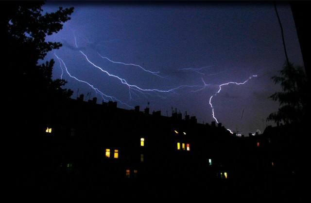 W niedzielę na terenie Wielkopolski mogą wystąpić burze z opadami gradu.