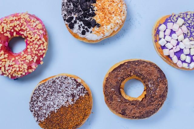 Żywność ultraprzetworzona, do której należą słodycze, gotowe dania i słodkie napoje, powinna jak najrzadziej gościć w codziennym menu.
