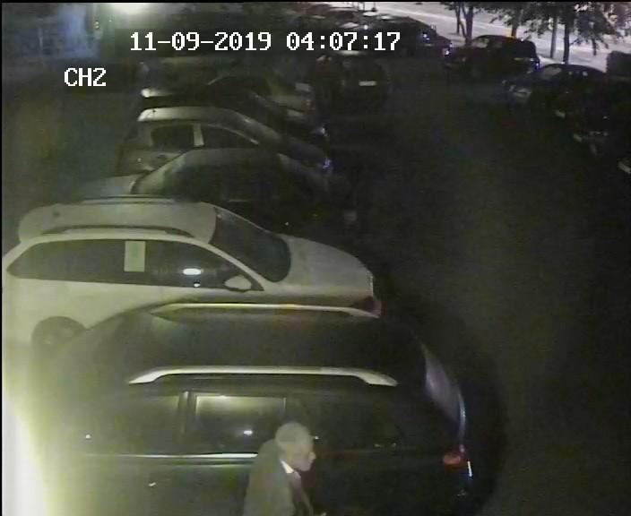 Mężczyzna w godzinach popołudniowo-nocnych podpalił samochód zaparkowany na jednej z miejskich ulic. Policjanci opublikowali nagranie z jego wizerunkiem.