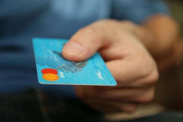 Kartami płatniczymi Santander Bank Polska będzie można płacić zbliżeniowo do 100 zł bez podawania kodu PIN.