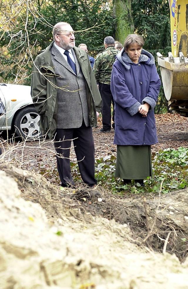 W miejscu feralnego wykopu mogła biec przed wojną linia pochowań -  przypuszczają Maria Michalak i Andrzej Macioszek (na zdjęciu). Jednak po wojnie nie zachowała się dokumentacja dotycząca najstarszej części cmentarza, stąd nikt nie mógł wiedzieć, że w tym miejscu są mogiły.