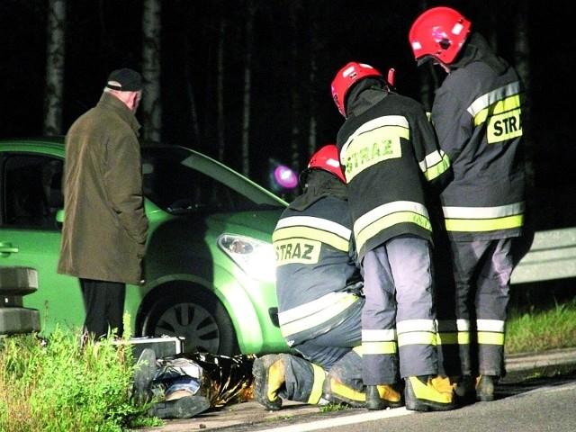 42-letni Jerzy przebywał w Rajgrodzie w delegacji. Miał kontrolować urzędy w Suwałkach, Ełku i Łomży. W nocy ze środy na czwartek wyszedł z zajmowanego w Rajgrodzie pokoju. Na drodze potrącił go śmiertelnie jakiś pojazd.  – Prawdopodobnie mężczyzna był pod wpływem alkoholu – mówi prokurator rejonowy Tadeusz Januszek. Policja szuka sprawcy tragicznego zdarzenia.