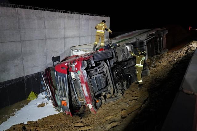 Do groźnego wypadku doszło w nocy z piątku na sobotę (20/21 marca) w miejscowości Szkocja na DK nr 5 (gmina Szubin, powiat nakielski). TIR wyleciał z drogi i przewrócił się na bok. Policja dostała wezwanie tuż przed godziną 2. Na miejscu pojawili się też strażacy. Na szczęście nikomu nic poważnego się nie stało - informuje nas dyżurny z policji w Szubinie.TIR wyleciał z drogi i przewrócił się na bok w miejscu, w którym występują utrudnienia w związku z budową drogi S5. Policja dostała wezwanie tuż przed godziną 2. Na miejscu pojawili się też strażacy. Na szczęście nikomu nic poważnego się nie stało - informuje nas dyżurny z policji w Szubinie.
