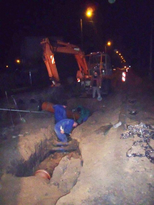 Robotnicy nawet późnym wieczorem intensywnie remontują ulicę Główną.