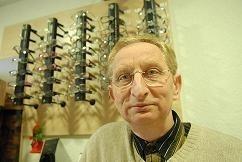 - Dziś stosuje się soczewki kontaktowe z hydrożelu. Są miękkie, delikatne, pływają na powierzchni oka, więc się ich nie czuje – przekonuje optyk Krzysztof Klimowski.
