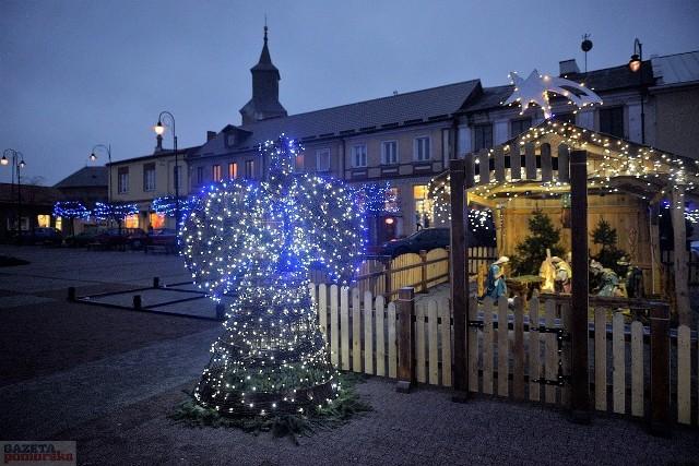 W Lipnie rozpoczęły się przygotowania do Świąt Bożego Narodzenia. Obok choinki na Placu Dekerta stanęła szopka bożonarodzeniowa, pojawiły się sanie świętego Mikołaja, a wszystko uwieńczyły kolorowe lampki, które rozwieszono na drzewkach wokół Placu Dekerta. W całym mieście pojawiły się także iluminacje świetlne. Do Urzędu Miejskiego także zawitała piękna choinka. W Lipnie czuć już świąteczną atmosferę.Zobacz także: Iluminacje Świąteczne w Toruniu