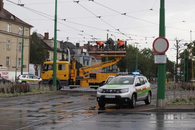 W piątek, 21 czerwca tuż po godz. 14 doszło do poważnego uszkodzenia trakcji tramwajowej na rondzie Jana Nowaka-Jeziorańskiego. MPK Poznań uruchomiło zastępczą komunikację autobusową.