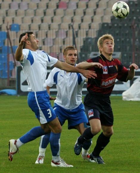 Występy obecnie II-ligowej Pogoni Szczecin nie budziły w tym roku wielkiego zainteresowania (z prawej napastnik Marek Kowal).