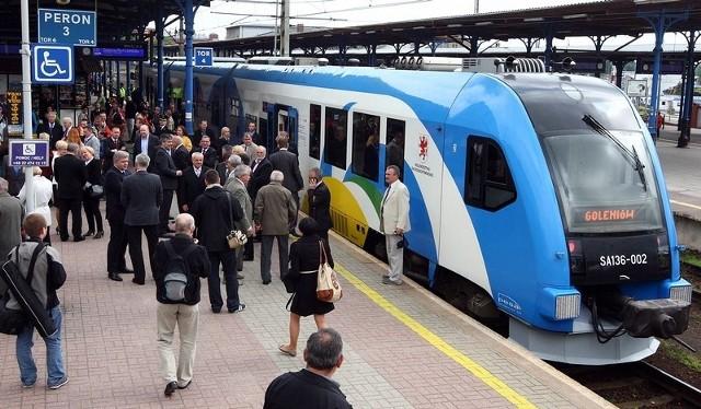 Inauguracyjny odjazd pociągu ze Szczecina na lotnisko w Goleniowie.