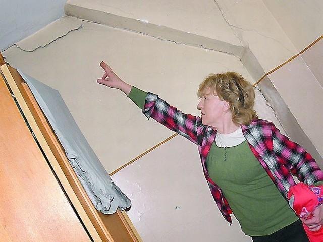 - Wcześniej tych pęknięć nie było - zapewnia pani Alicja LewandowskaPani Alicja Lewandowska mieszka na ostatnim piętrze. - O tu, w korytarzu, też mocno widać, co się dzieje - wskazuje. - Wcześniej tych pęknięć nie było - zapewnia.