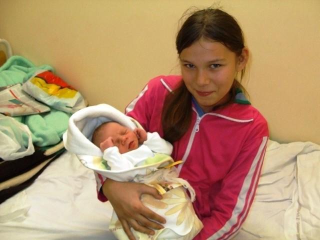Nikodem Zawisza urodził się w środę, 6 stycznia. Ważył 3500 g i mierzył 56 cm. Jest czwartym dzieckiem Wioletty i Władysława z Małkini. Nikodem ma brata Piotra (12 l) i dwie siostry: Nikolę (5 l) i Angelikę (11 l). Na zdjęciu z Angeliką.
