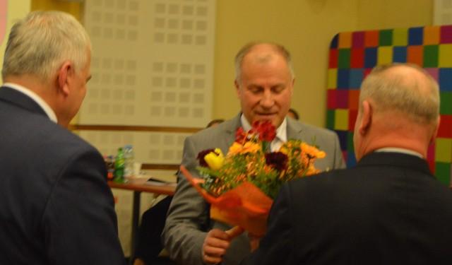 Krzysztof Kondraciuk odbiera gratulacje od przewodniczącego sejmiku Bogusława Dębskiego i wicemarszałka Marka Olbrysia