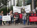 Pikieta pracowników Sądu Rejonowego dla Łodzi Widzewa. Plakaty i transparenty pod sądem