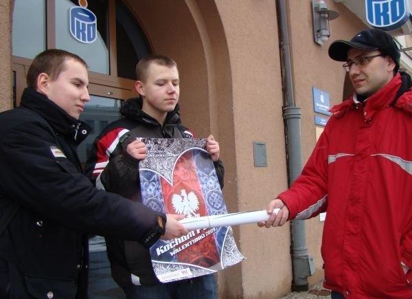 """14 lutego Wszechpolacy rozdawali mieszkańcom Białegostoku plakaty promujące hasło """"Kocham Polskę"""". Chcieli w ten sposób nadac Walentynkm nowy, narodowy, wymiar."""