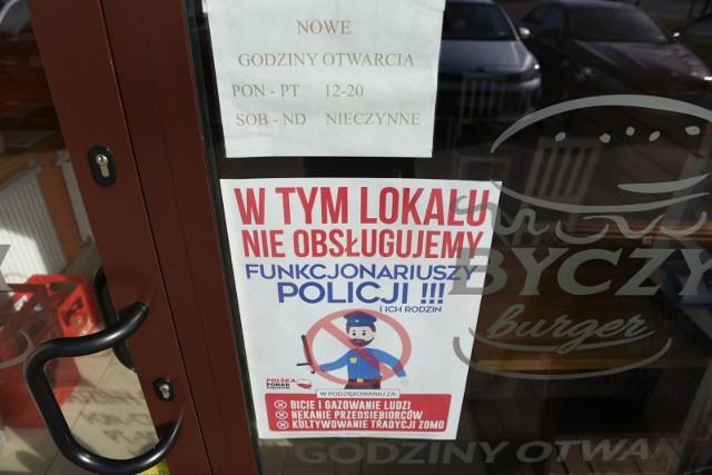 Na drzwiach restauracji Byczy Burger w Toruniu pojawił się kontrowersyjny plakat.