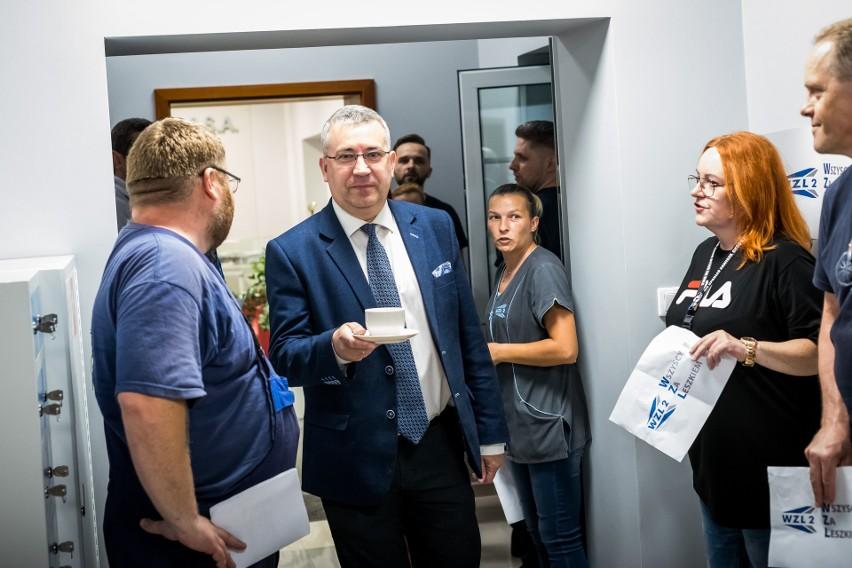 Przemysław Przybylski w otoczeniu protestującej załogi WZL...