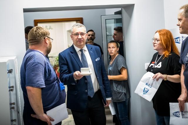 Przemysław Przybylski w otoczeniu protestującej załogi WZL po odwołaniu prezesa zakładów, Leszka Walczaka