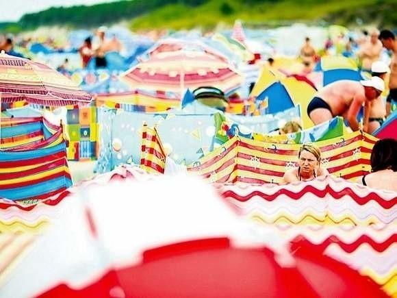Parawany na plaży stały się stałym elementem nadmorskiego krajobrazu.