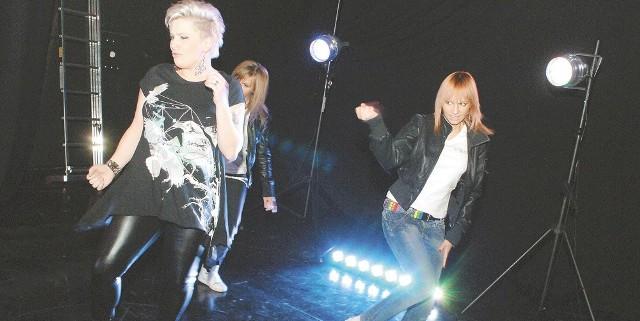 """Zosia Karbowiak (z lewej) i tancerki ze studia Fota Step na planie teledysku do piosenki """"Jak ptak"""". Młodzi tancerze będą towarzyszyć piosenkarce na koncercie w Warszawie."""