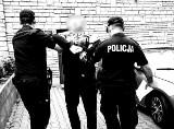 Napadali na sklepy w Poznaniu, terroryzowali obsługę i kradli pieniądze. Trzech mężczyzn zostało skazanych