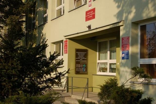 Uczniowie z Mosiny 9 lutego wyjechali na praktyki do Włoch. Przebywali w Rimini, gdzie występuje zagrożenie koronawirusem. Dyrekcja szkoły podjęła decyzję o wcześniejszym powrocie uczniów do Polski.