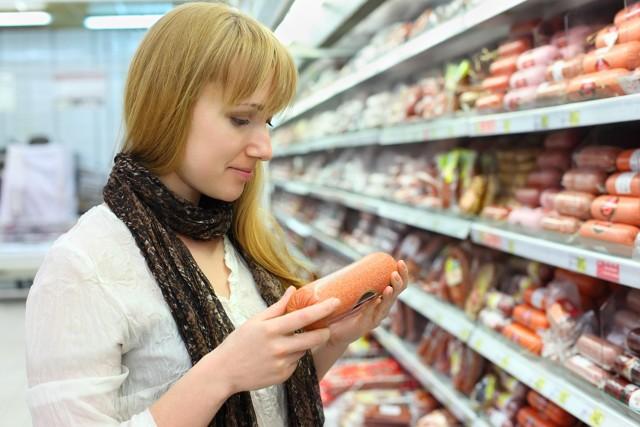 Robienie zakupówW oszczędzeniu pomoże odpowiednie planowanie zakupów. Powinniśmy pamiętać, że produkt spożywczy, to nie tylko, to co jemy. To również jego produkcja, opakowanie, transport, energia oraz emisja odpadów przemysłowych. Wyrzucając jedzenie nie tylko tracimy nasze pieniądze, ale marnujemy wszystkie te rzeczy.