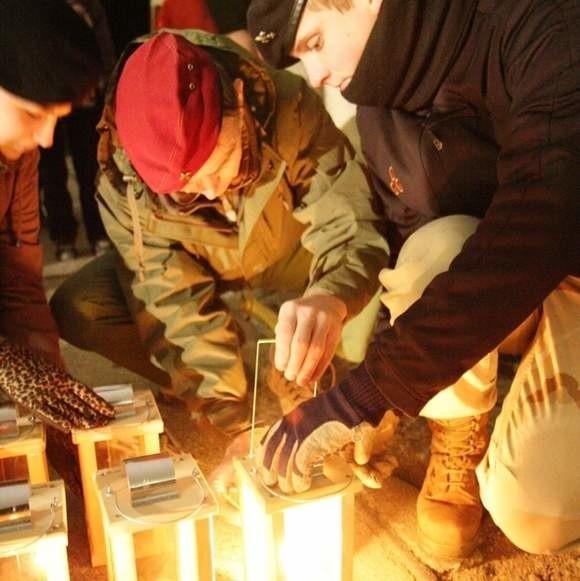 W ubiegłym roku harcerze z ZHP z pieczołowitością przenosili płomień do specjalnych lampionów. W tym roku również przekażą białostoczanom Betlejemskiego Światła Pokoju