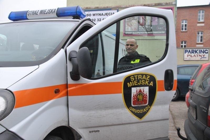 Opel, którym obecnie jeżdżą strażnicy, zostanie sprzedany