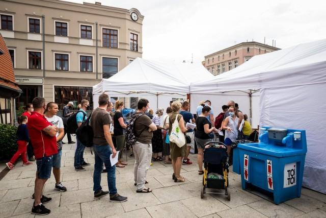 W piątek (16 lipca) przy ul. Grodzkiej w Bydgoszczy został uruchomiony jednodniowy plenerowy punkt szczepień. Chętnych na szczepienie pojawiło się sporo.