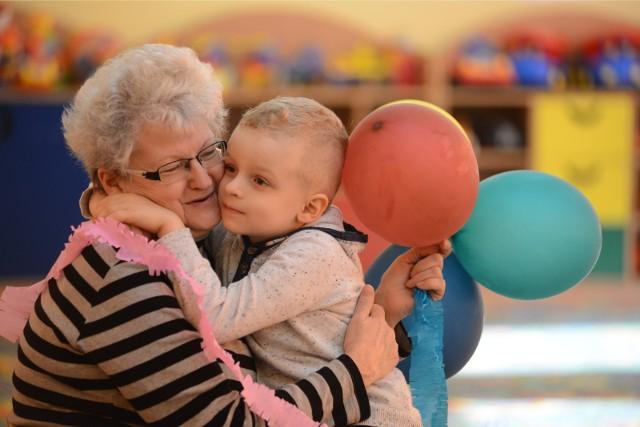 """Program """"Babcia Plus"""" kierowany byłby do babć i dziadków, którzy zajmowaliby się opieką nad dziećmi, umożliwiając matkom szybki powrót do prac. Na czym dokładnie polega rozwiązanie i ile pieniędzy otrzymają dziadkowie za opiekę nad wnukami? Sprawdźcie!WIĘCEJ NA KOLEJNYCH STRONACH>>>"""