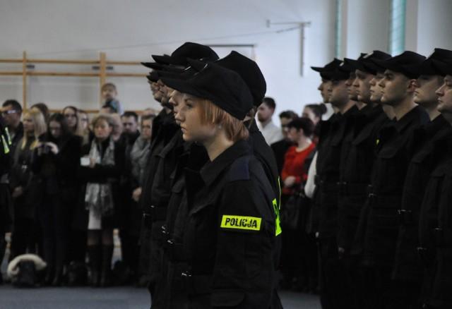 50 nowych funkcjonariuszy zasiliło szeregi warmińsko-mazurskiej policji. W tym gronie znalazło się 5 kobiet oraz 45 mężczyzn. W obecności zgromadzonych gości, przełożonych, rodzin i przyjaciół wypowiedzieli oni słowa roty ślubowania.