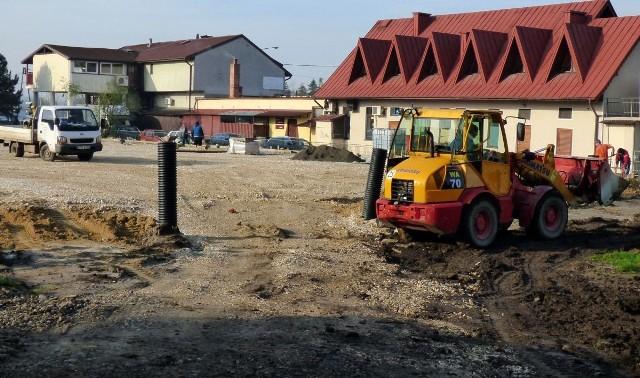 """Prace przy budowie boiska wielofunkcyjnego przy kazimierskiej """"jedynce"""" powoli dobiegają końca."""