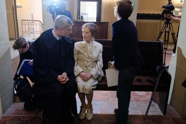 - To przykre, że u schyłku życia znalazłam się w takim miejscu - mówi Stefania Chlebowska. Stuletnia kobieta miała zostać przesłuchana w sprawie, w której oskarża właściciela kamienicy o oszustwo. Okazało się, że stulatka niepotrzebnie przybyła do sądu. Oskarżony nie odebrał bowiem wezwania, co uniemożliwiło rozpoczęcie sprawy.