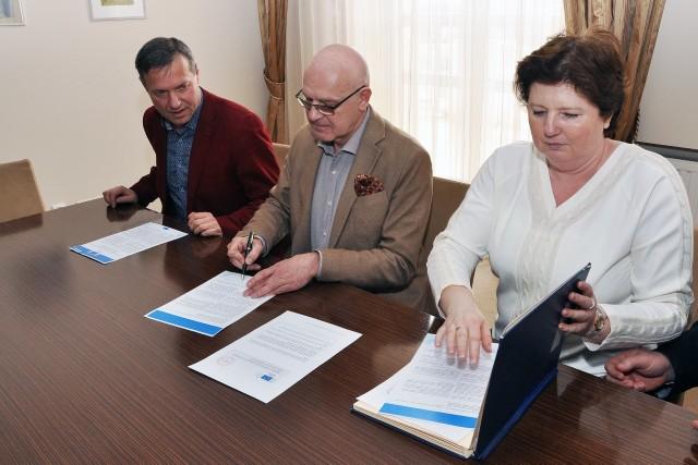 Kartę Erasmusa podpisują, od lewej: Sławomir Baćkowski, Sławomir Bukowski i Agnieszka Dąbrowska.