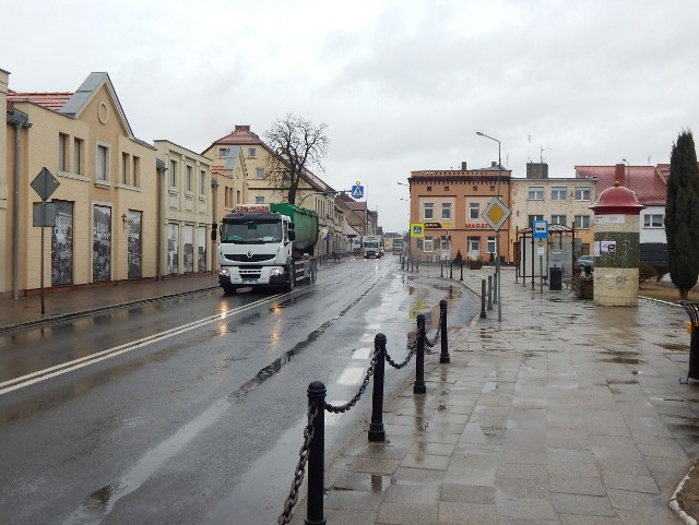 Codziennie przez centrum miasta przejeżdża kilkaset tirów. Mieszkańcy mają dość ciągłego hałasu i spalin
