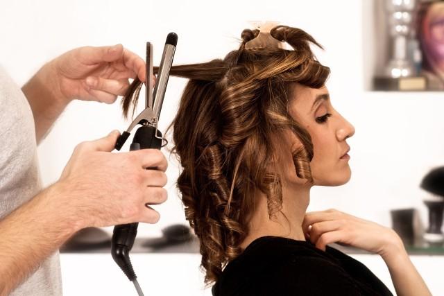Włosy lub cera zniszczone podczas zabiegu mogą przysporzyć problemów nie tylko pannie młodej, ale również fryzjerowi lub kosmetyczce.