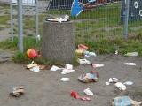 Pabianice. Śmieci rozsypane w Parku Wolności w okolicy placu zabaw i amfiteatru ZDJĘCIA