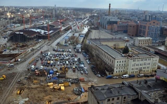Działka pod Bramę Miasta to teren dawnego parkingu przed dworcem Fabrycznym przy ul. Kilińskiego.